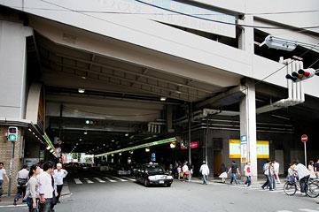 阪急高架西側