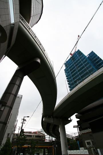 高架道を見上げる