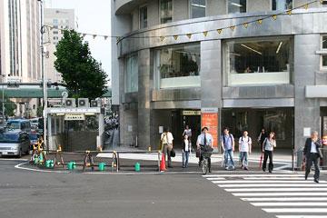 朝日新聞ビル前