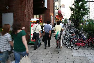 桜橋の雑居ビル前