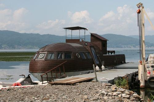 諏訪湖ほとりの船