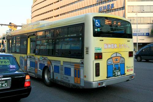 阪神電車のラッピングバス