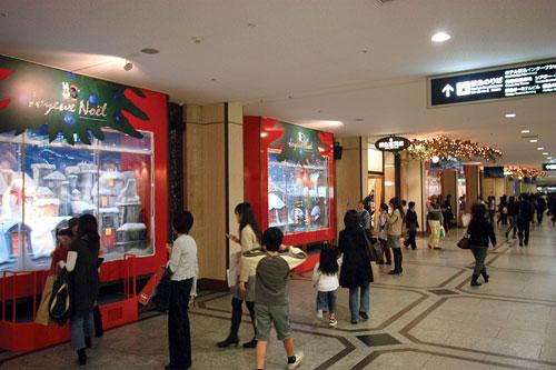 阪急コンコース「雪降るウインドー」1