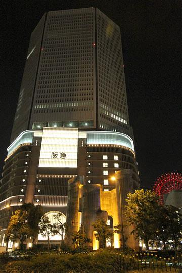 梅田阪急と換気塔とHEPの観覧車