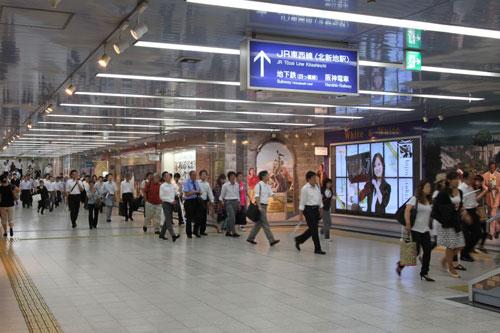 JR大阪駅のデジタル・サイネージ1