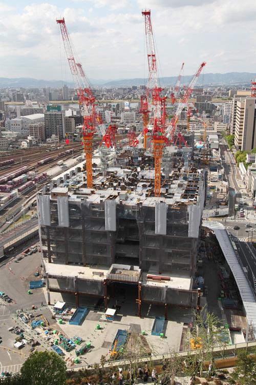 ノースゲートビルディングの屋上庭園より建設中の大阪グランフロント