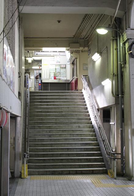 阪急中津駅の階段2011