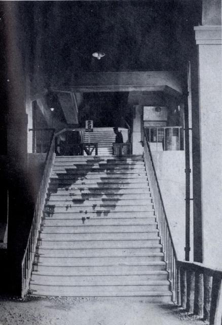 阪急中津駅の階段1926
