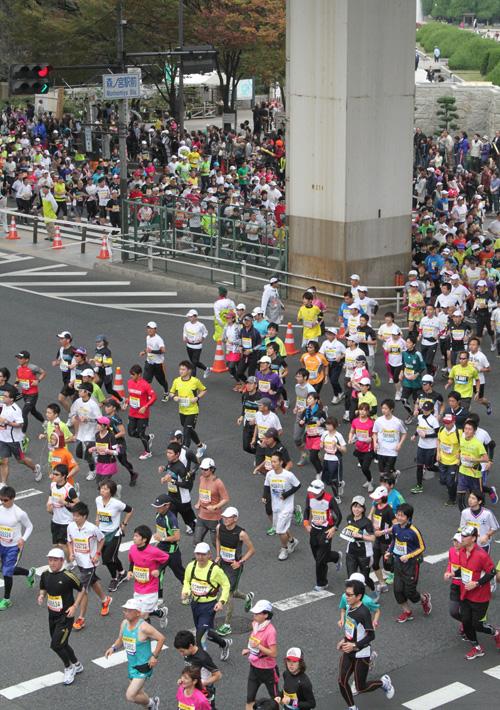 大阪マラソン2011スタート直後 森ノ宮駅前交差点