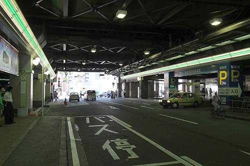 阪急梅田駅の高架下b